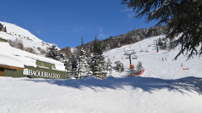 Baqueira revive su propia fiesta rodeado de nieve