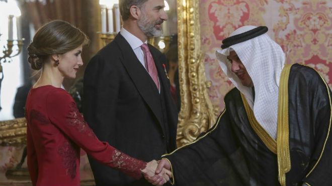 ¿Por qué la Reina vistió de largo en un evento de día?
