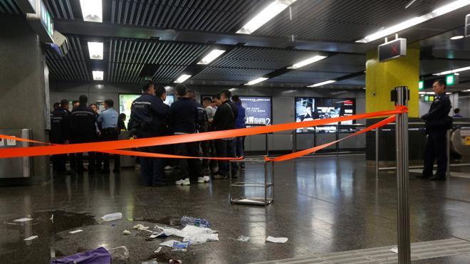 Un ataque con cóctel molotov en el metro de Hong Kong deja 17 heridos