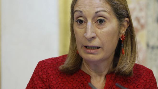 Ana Pastor regaña a los diputados de Unidos Podemos por exhibir camisetas