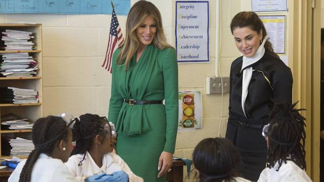 Melania Trump y Rania de Jordania visitan una escuela en Washington