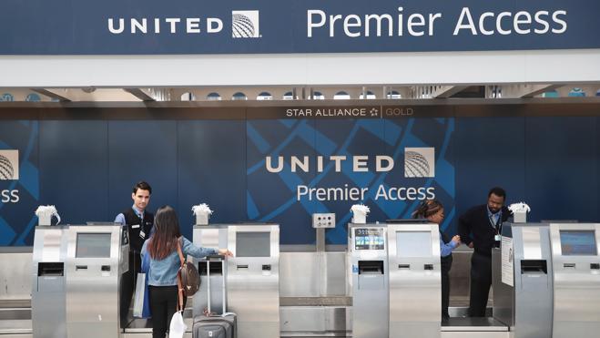 United Airlines expulsa a un pareja de novios que viajaba a Costa Rica para casarse