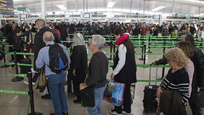 Las aerolíneas aconsejan a los pasajeros acudir con tres horas de antelación a El Prat