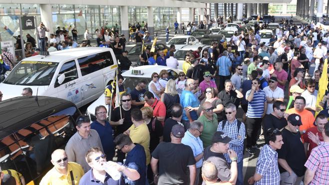 Los usuarios, entre la desinformación y la solidaridad con los taxistas
