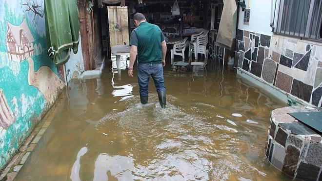 Las lluvias provocan la inundación de varias casas y terrenos en la rotonda de Villaobispo