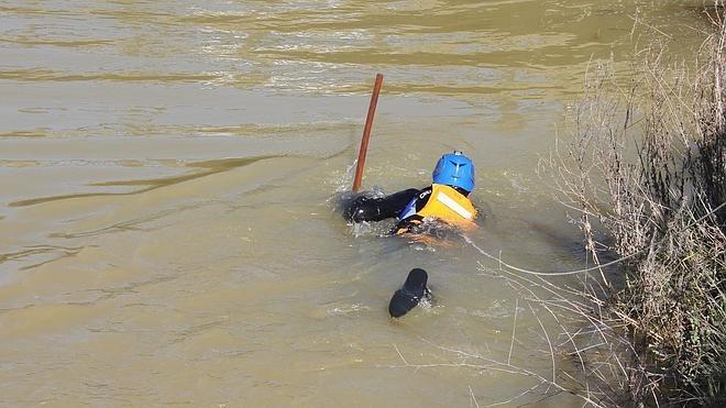 Buzos de Bomberos intensifican en el Puente de los Leónes la búsqueda del joven desaparecido