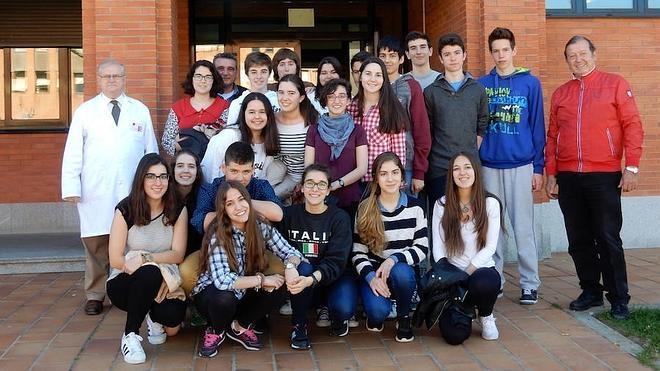 Alumnos del bachillerato internacional del IES Lancia visitan el Hospital Veterinario
