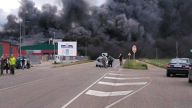 Un aparatoso incendio devora la fábrica de Embutidos Rodríguez