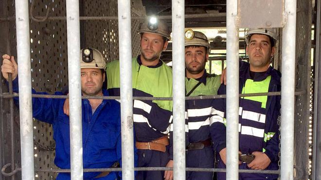 Responsables de Podemos visitan a los cuatro mineros encerrados en el Pozo Aurelio de Santa Lucía de Gordón