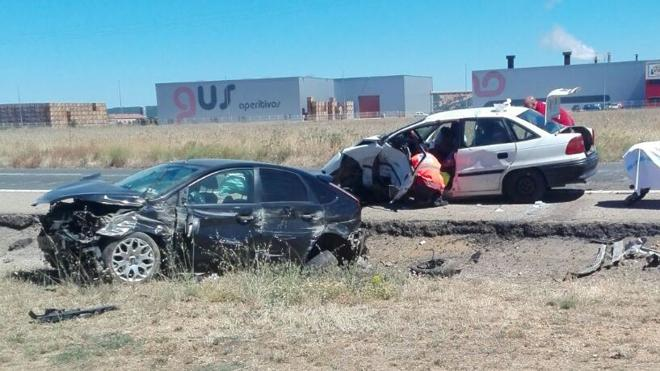 Un aparatoso accidente causa heridas leves a un conductor en Riego de la Vega