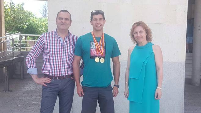 El campeón de España de piragüismo en descenso de aguas bravas Guillermo Fidalgo visita a los representantes del ayuntamiento de San Andrés del Rabanedo