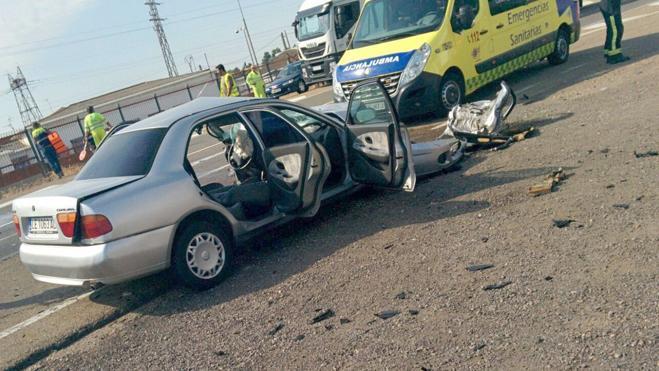 El impacto frontal de un camión y un coche corta la Nacional 120 y causa un herido de gravedad