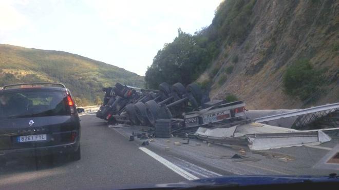 Retenciones en la autopista del Huerna por el vuelco de un tráiler en Los Barrios de Luna