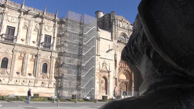 El Parador de San Marcos inicia una rehabilitación de la fachada que 'tapará' su cara externa 18 meses