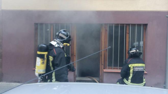 Un incendio en una vivienda de la calle San Juan obliga a desalojar el edificio