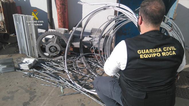 La Guardia Civil detiene a dos personas acusadas del robo de material ferroviario en un almacén