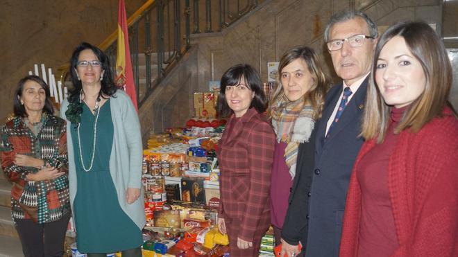 La subdelegada del Gobierno entrega 550 kg de alimentos recogidos en la provincia