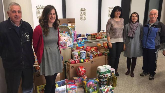 La Delegación Territorial de la Junta entrega juguetes y alimentos a Cruz Roja y Banco de Alimentos de León