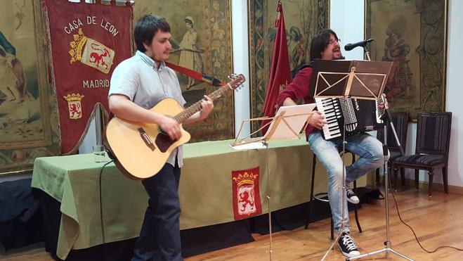 El Solito Trovador presenta el sábado en Val de San Lorenzo el libro-disco 'Hay que seguir cantando'