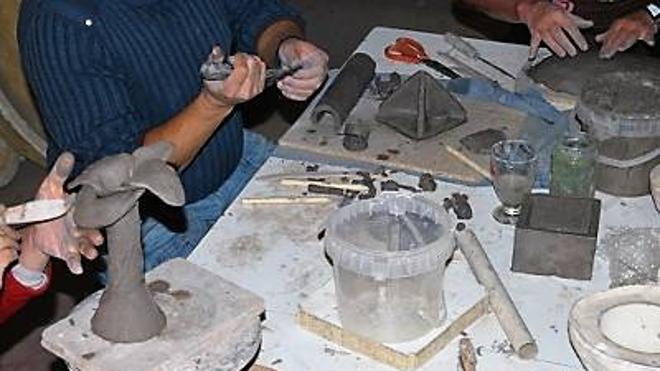La cerámica Rakú protagoniza un taller en la Universidad de León