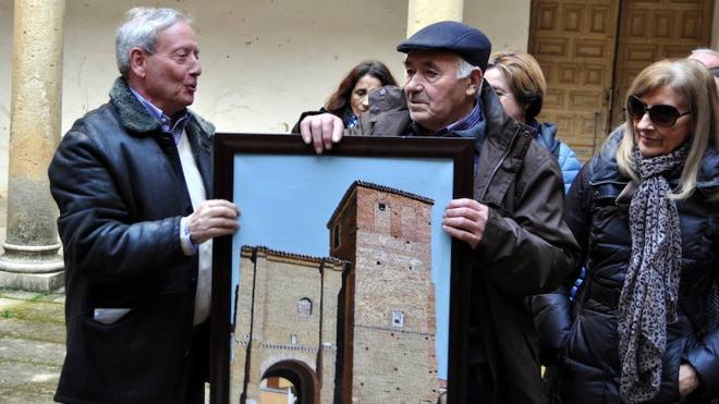Promonumenta entrega una pintura de la ermita de La Virgen a Grajal de Campos