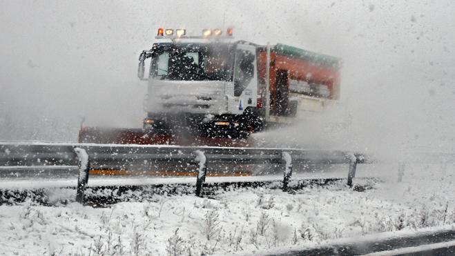 La nieve complica el tráfico en tramos de la red viaria de la provincia de León