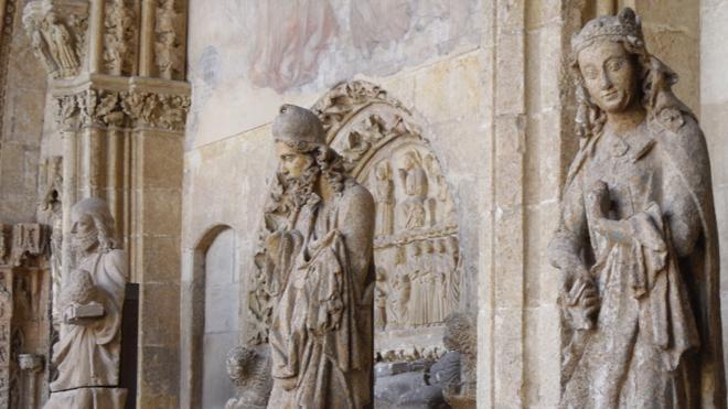 El grave deterioro de las estatuas del pórtico de la Catedral obliga a su reposición por réplicas exactas